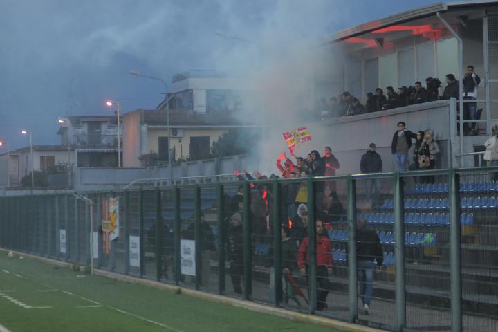 Arzanese-Messina, fumogeni e bandiere giallorosse