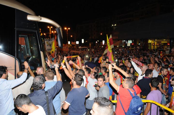 Il pullman del Messina assediato dai tifosi giallorossi