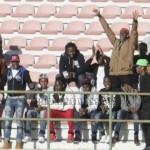 Un gruppo di migranti in gradinata tifa Messina