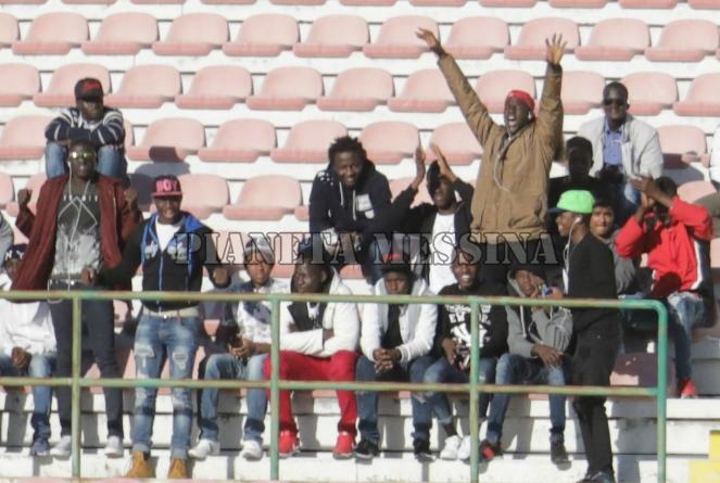 Esultanza dei tifosi di colore in gradinata