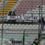 Lo striscione contro la società durante Messina-Catanzaro