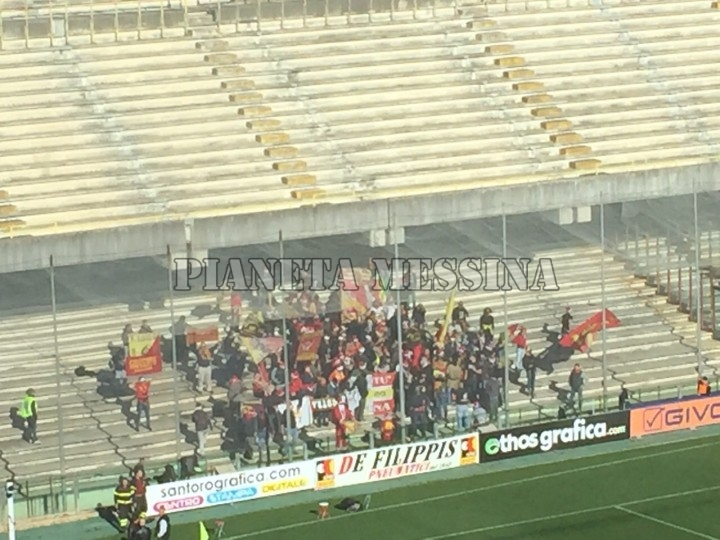 Una veduta dalla tribuna dei tifosi messinesi all'Arechi