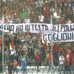 Striscione di protesta dopo la sconfitta nel derby con la Reggina