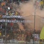 Lo striscione della Sud dedicato a un capo ultra del Catania scomparso