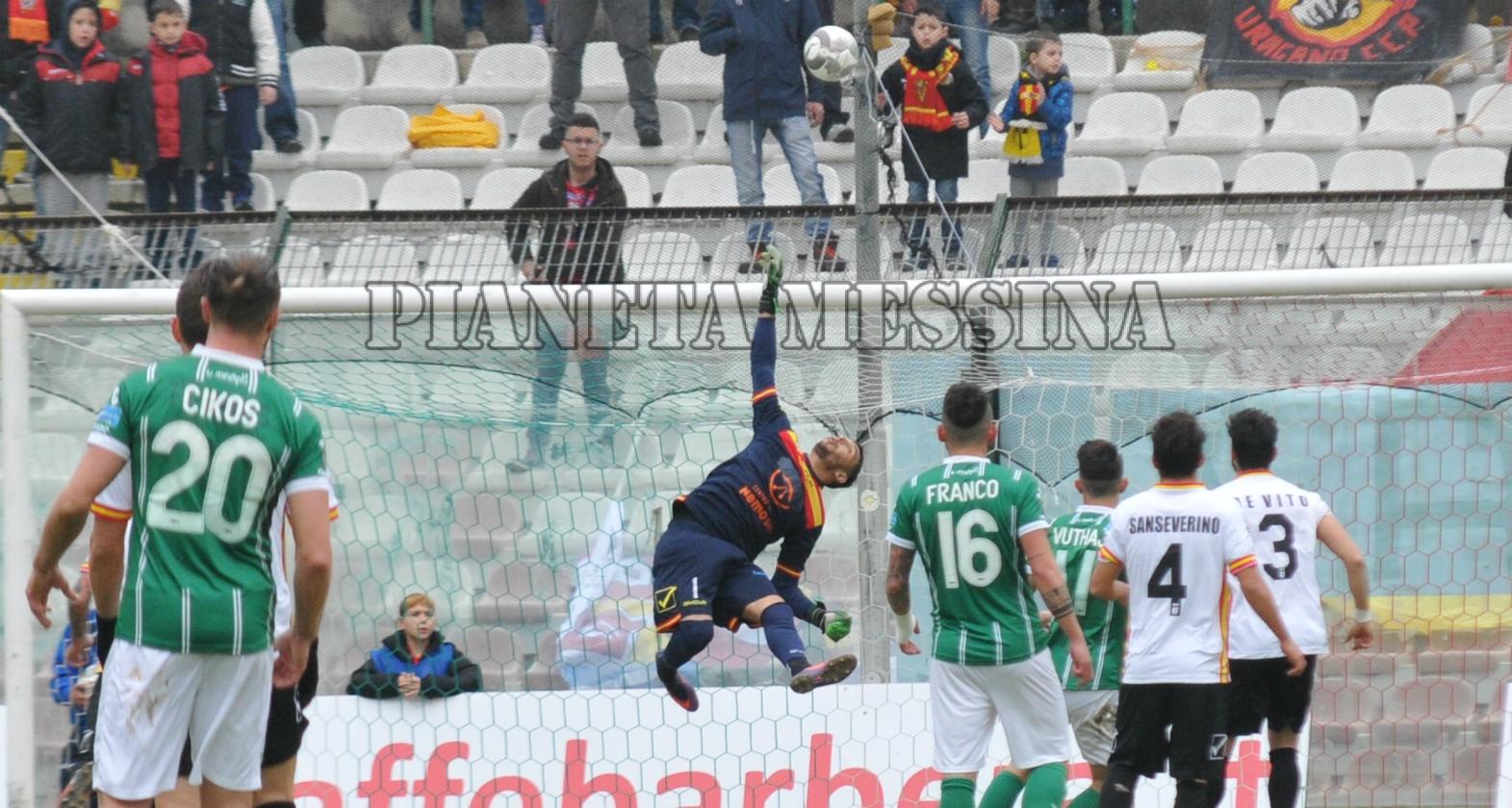 Respinta n corner di Berardi su tiro di Pinto