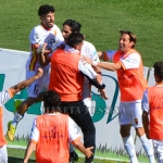 Anastasi festeggiato dai compagni dopo il gol