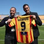 La consegna della maglia del Lecce dedicata all'ex Lucarelli
