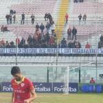 Lo striscione di protesta dei pochi tifosi allo stadio
