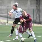 L'attaccante Gambino pressato dai difensori del Locri